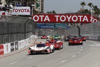 #6 Acura Team Penske Acura DPi, P: Dane Cameron, Juan Pablo Montoya leads at the start