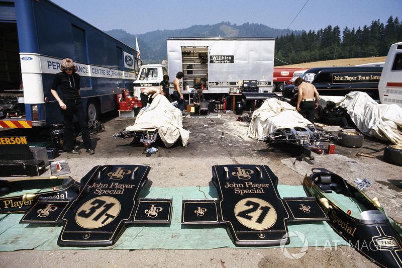 Например, McLaren и Lotus приехали в Австрию без запасных шасси, а Tyrrell Джоди Шектера пришлось перестраивать вокруг нового монокока
