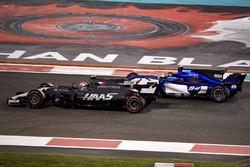 Kevin Magnussen, Haas F1 Team VF-17 et Pascal Wehrlein, Sauber C36 en lutte pour une position
