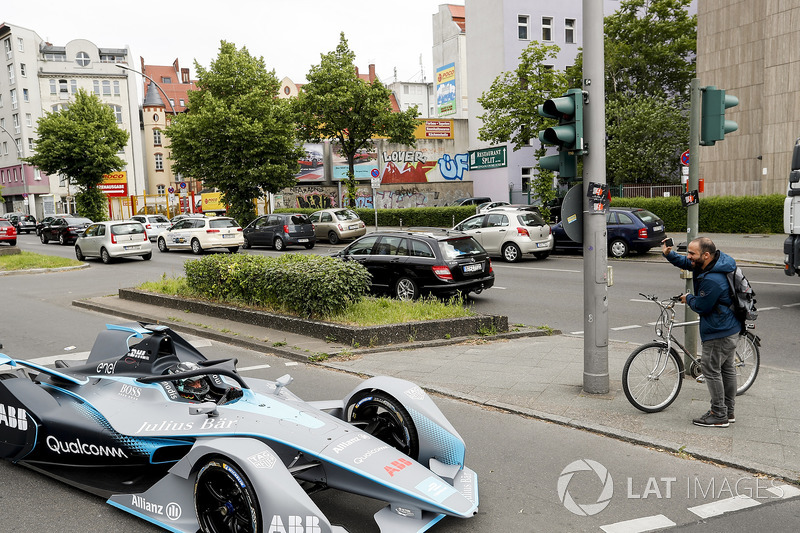 Kampiun Formula 1, Nico Rosberg, bersama salah seorang warga Berlin