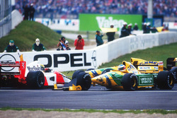 Ayrton Senna, McLaren MP4/7A Honda ve Michael Schumacher, Benetton B192 Ford, Adelaide virajında kaza