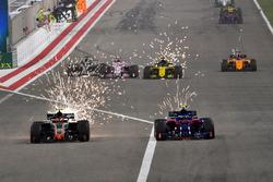 Romain Grosjean, Haas F1 Team VF-18 et Pierre Gasly, Scuderia Toro Rosso STR13 en lutte