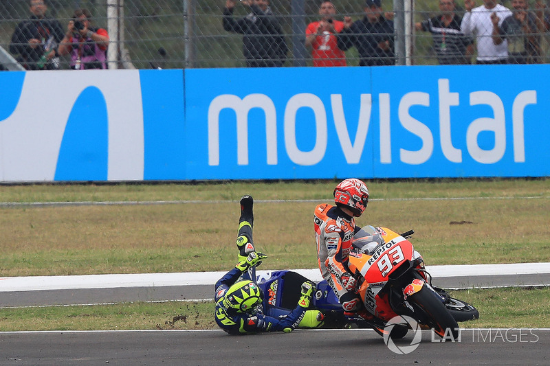 Столкновение: Марк Маркес, Repsol Honda Team, и Валентино Росси, Yamaha Factory Racing