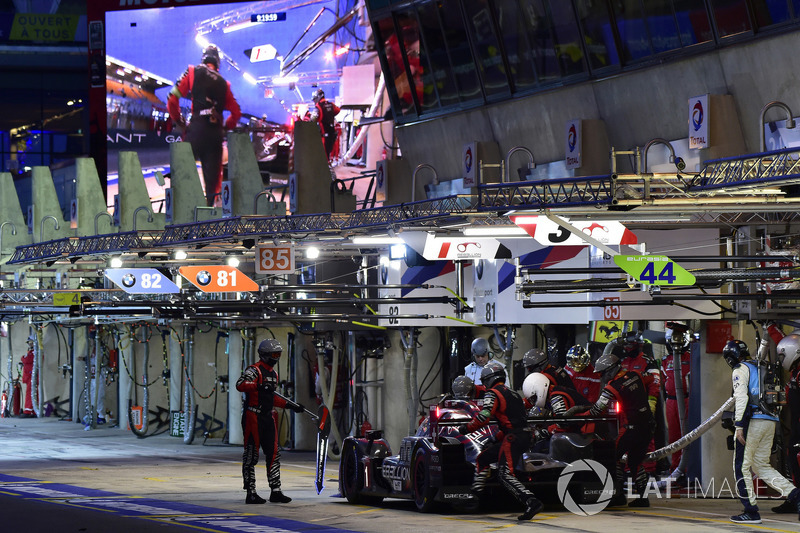 #3 Rebellion Racing Rebellion R-13: Mathias Beche, Gustavo Menezes, Thomas Laurent, pit stop