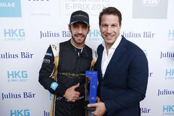 Il poleman Jean-Eric Vergne, Techeetah, riceve il Pole Position award