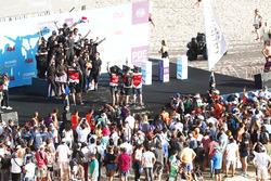 Podio: ganador de la carrera Jean-Eric Vergne, Techeetah celebra con el equipo