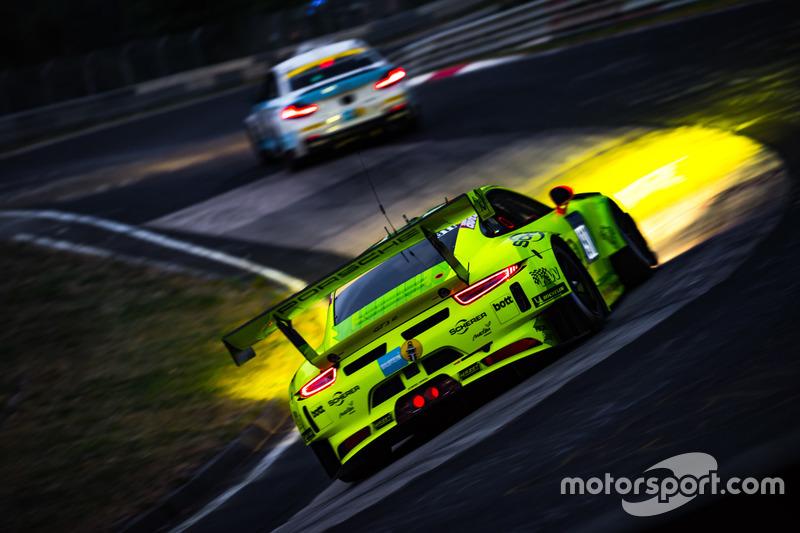 9. Las luces juegan un papel importante en esta foto del Manthey Racing Porsche 911 GT3 de Kevin Estre, Romain Dumas, Laurens Vanthoor y Earl Bamber