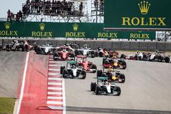 Льюїс Хемілтон, Mercedes AMG F1 W07 Hybrid лідирує на почтаку гонки