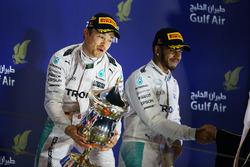 Подиум: победитель гонки - Нико Росберг, Mercedes AMG F1 и третье место - Льюис Хэмилтон, Mercedes A
