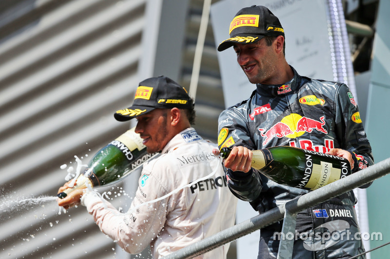 Podio: (da sx a dx): il terzo classificato Lewis Hamilton, Mercedes AMG F1 e il secondo classificato Daniel Ricciardo, Red Bull Racing festaggiano con lo champagne sul podio