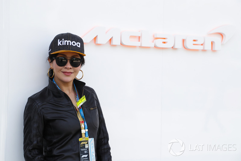 Акторка Каріна Лао у боксах McLaren