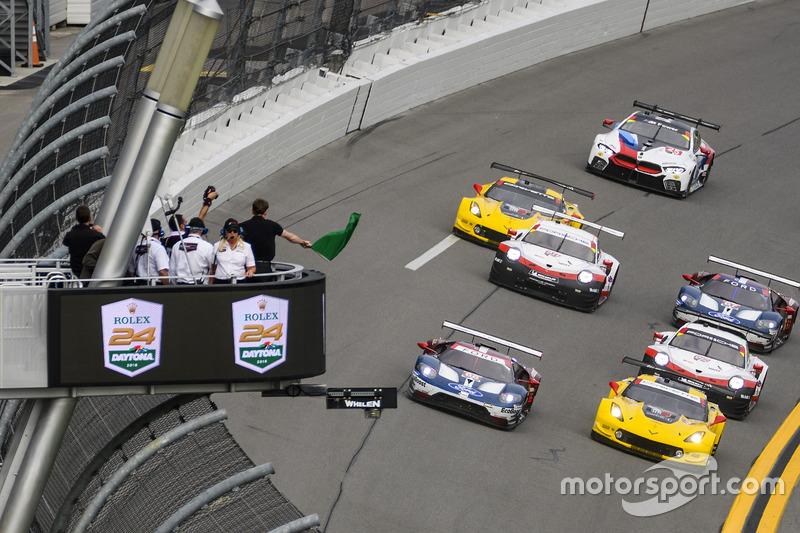 GTLM start: #66 Chip Ganassi Racing Ford GT, GTLM: Dirk Müller, Joey Hand, Sébastien Bourdais leads