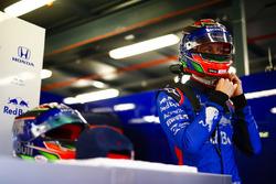 Brendon Hartley, Toro Rosso, straps his helmet on