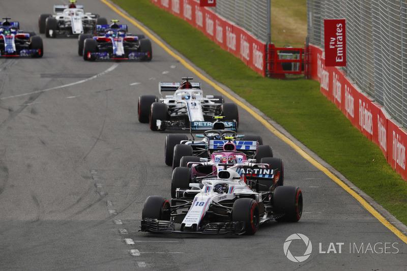 Lance Stroll, Williams FW41 Mercedes, devant Esteban Ocon, Force India VJM11 Mercedes, et Valtteri Bottas, Mercedes AMG F1 W09