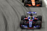Brendon Hartley, Scuderia Toro Rosso STR12, Fernando Alonso, McLaren MCL32