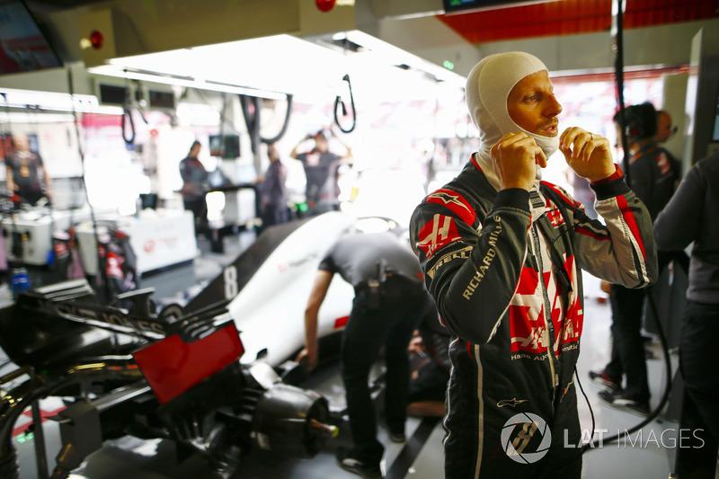 Romain Grosjean, Haas F1 Team, se ajusta su balaclava