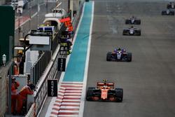 Stoffel Vandoorne, McLaren MCL32, leads Pierre Gasly, Toro Roso STR12