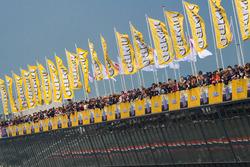 Jumbo-vlaggen op het pitcomplex