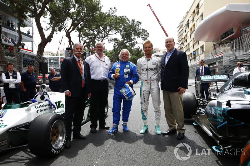 Chase Carey, CEO de Formula One, Ross Brawn, director deportivo de FOM, Keke Rosberg, Nico Rosberg y el Príncipe Alberto con el Williams FW08 Cosworth y el Mercedes W07