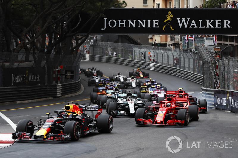 Daniel Ricciardo, Red Bull Racing RB14, Sebastian Vettel, Ferrari SF71H, Lewis Hamilton, Mercedes AMG F1 W09, Kimi Raikkonen, Ferrari SF71H y Valtteri Bottas, Mercedes AMG F1 W09 en e inicio