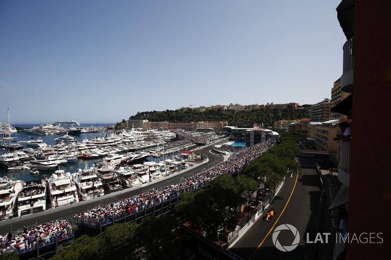 Fernando Alonso, McLaren MCL33, precede Sergio Perez, Force India VJM11