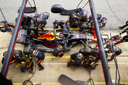 Max Verstappen, Red Bull Racing RB14 Tag Heuer, pitstop