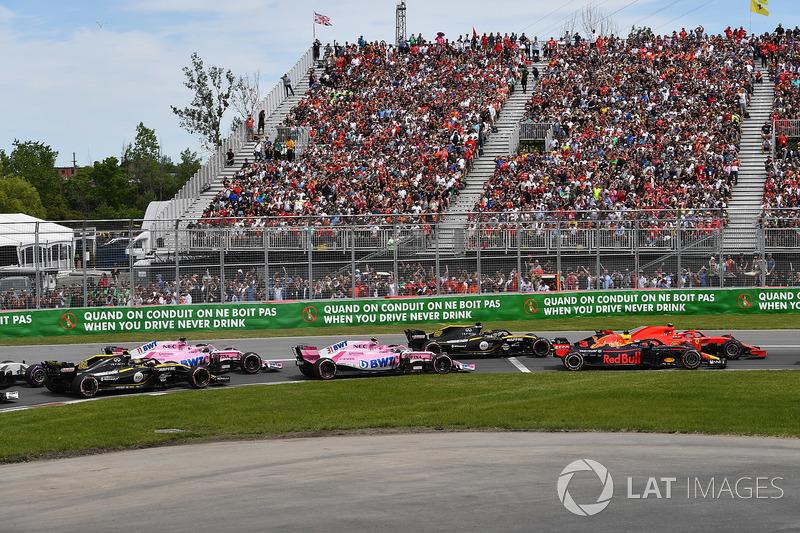 Daniel Ricciardo, Red Bull Racing RB14 y Kimi Raikkonen, Ferrari SF71H luchan en la salida