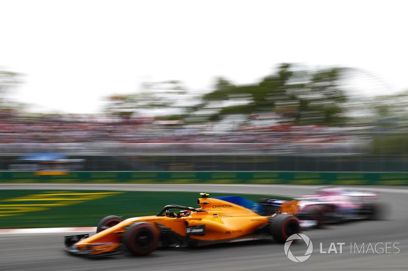 Stoffel Vandoorne, McLaren MCL33, leads a Force India