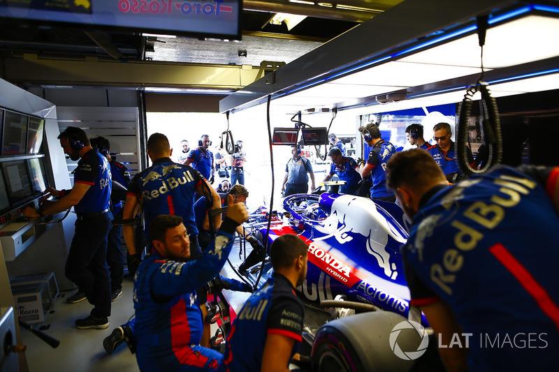 Механики Scuderia Toro Rosso и автомобиль STR13 Брендона Хартли