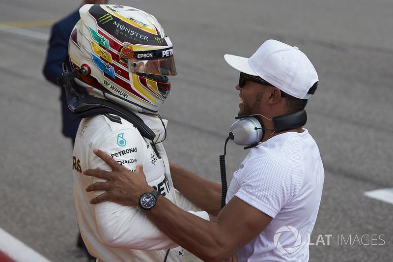 Lewis Hamilton, Mercedes AMG F1, celebra con su hermano, Nicolas Hamilton