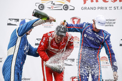 Podium: segundo, Simon Pagenaud, Team Penske Chevrolet, ganador, Sébastien Bourdais, Dale Coyne Racing Honda, tercero, Scott Dixon, Chip Ganassi Racing Honda, champagne