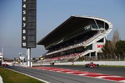 Кими Райкконен, Ferrari SF70H проезжает мимо Карлоса Сайнса-мл., Scuderia Toro Rosso STR12, в то время как Фернандо Алонсо, McLaren MCL32 покидает пит-лейн