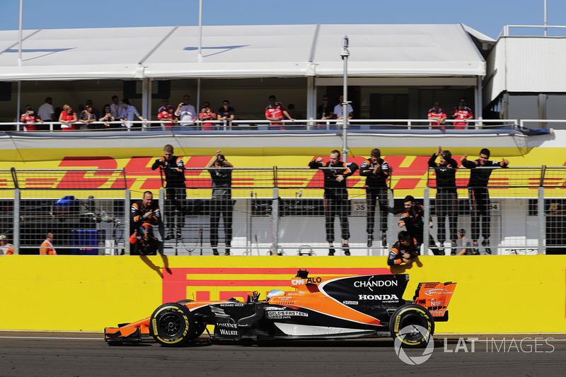 Fernando Alonso, McLaren MCL32, recibe felicitaciones de sus colegas después de terminar sexto