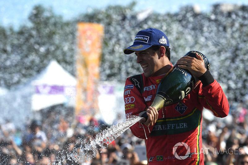 Lucas di Grassi, ABT Schaeffler Audi Sport, rocía el champán en el podio