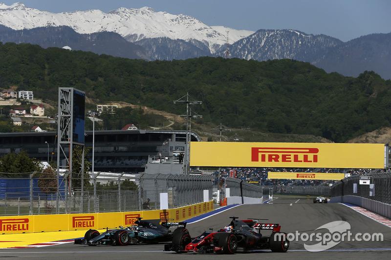 Romain Grosjean, Haas F1 Team VF-17, Lewis Hamilton, Mercedes AMG F1 W08