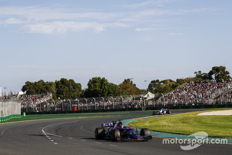 Daniil Kvyat, Scuderia Toro Rosso STR12; Antonio Giovinazzi, Sauber C36