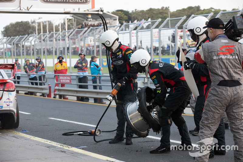 Tyre blowout of Tim Slade, Brad Jones Racing Holden