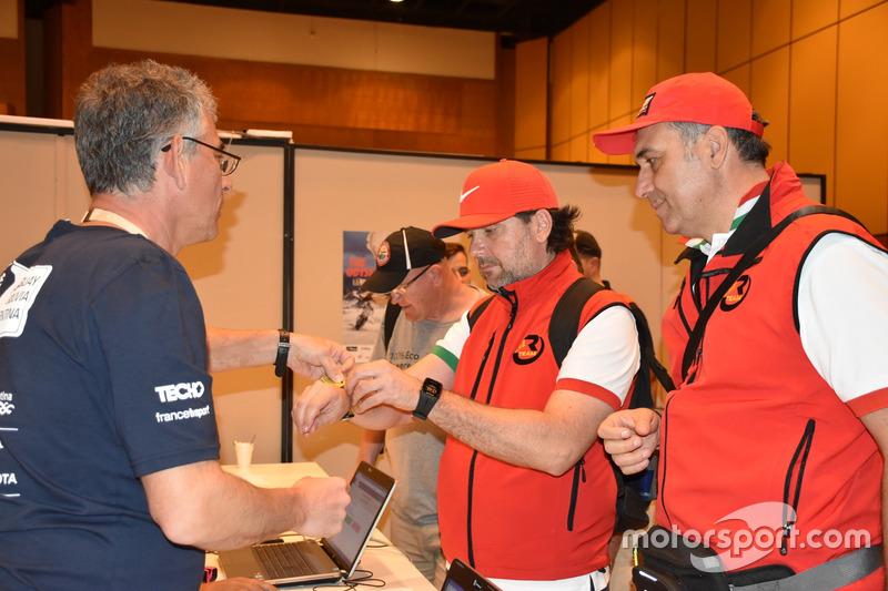 Paulo Goncalves, Monster Energy Honda Team recibe el brazalete.