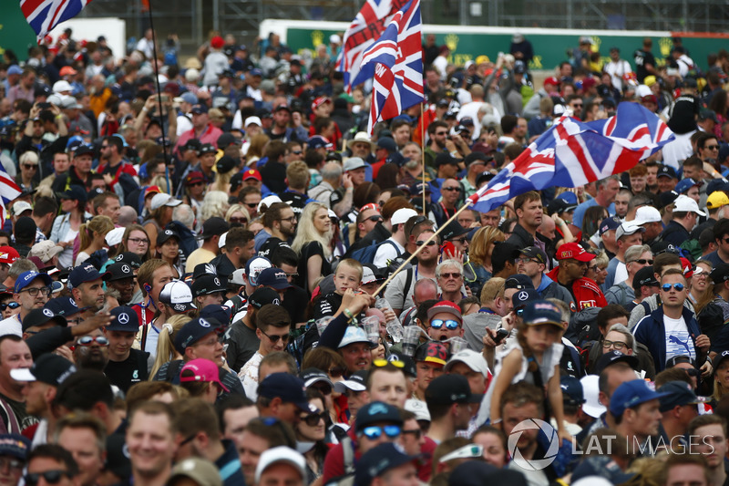 Fans celebran después de la carrera