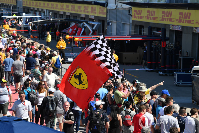 des fans et le drapeau de ferrari dans la ligne des stands gp du canada photos formule 1. Black Bedroom Furniture Sets. Home Design Ideas