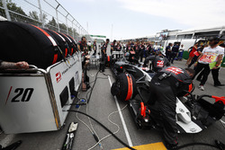 Haas F1 Team engineers prepare the car of Kevin Magnussen, Haas F1 Team VF-17