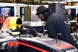 William James Adams aka Will.I.Am, Black Eyed Peas observa el coche de Red Bull Racing RB13 en el ga