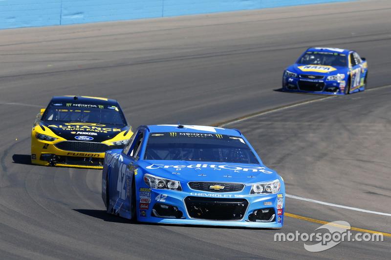 Kyle Larson, Chip Ganassi Racing Chevrolet y Brad Keselowski, Team Penske Ford