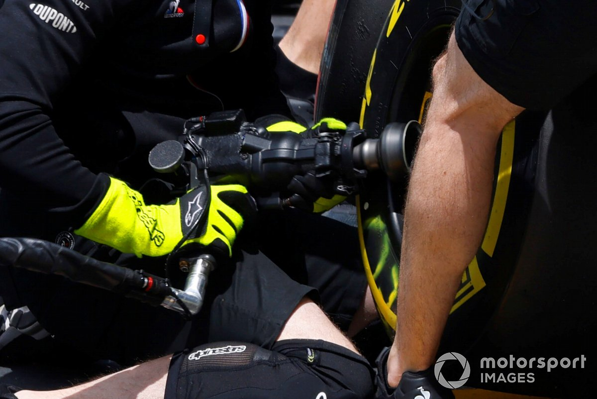 Esteban Ocon, Alpine A521 pitstop