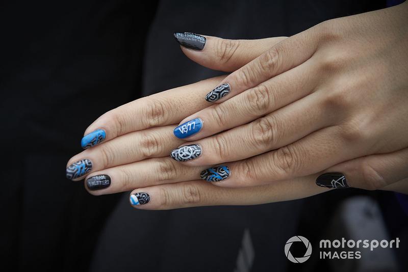 Le unghie di una tifosa dipinte in supporto di Valtteri Bottas, Mercedes AMG F1