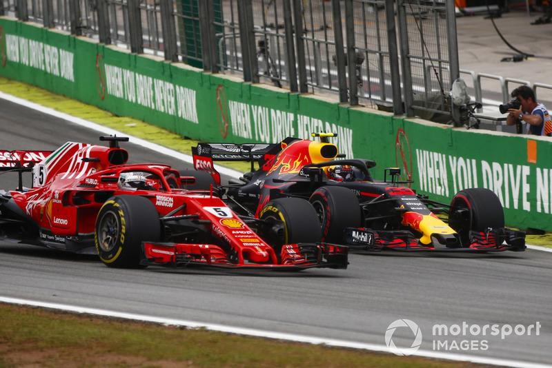 Max Verstappen, Red Bull Racing RB14, dépasse Sebastian Vettel, Ferrari SF71H.