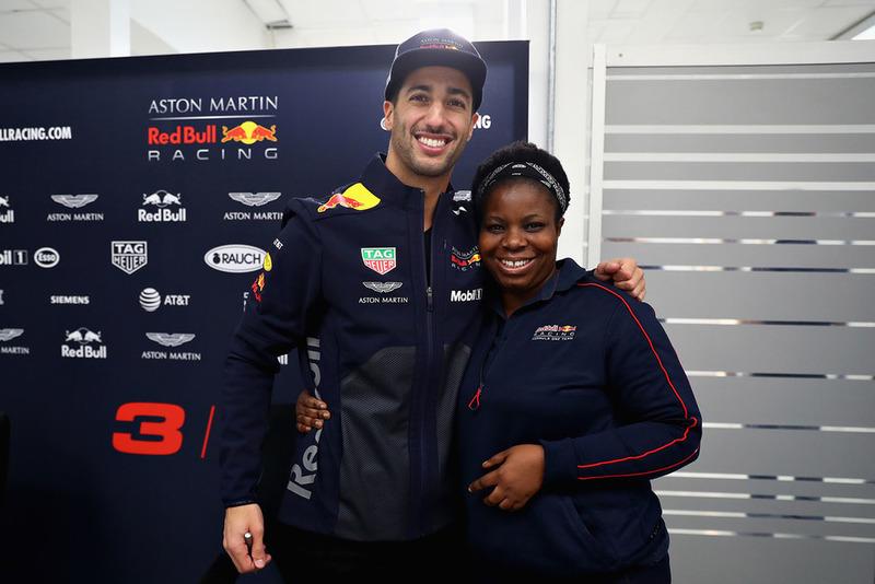Daniel Ricciardo, Red Bull Racing, posa para una foto con un miembro de Red Bull Racing