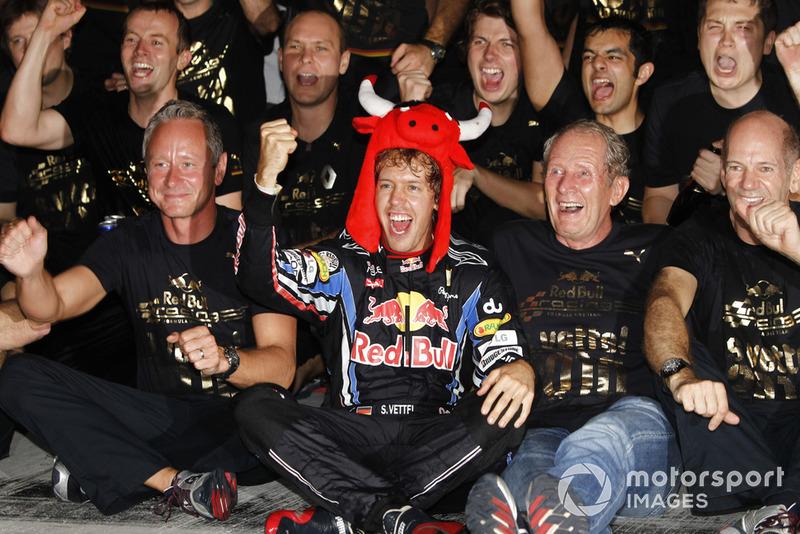 Sebastian Vettel, Red Bull Racing RB6, Helmut Marko, conseiller Red Bull, Adrian Newey, directeur technique Red Bull Racing, et l'équipe Red Bull fêtent leurs victoires