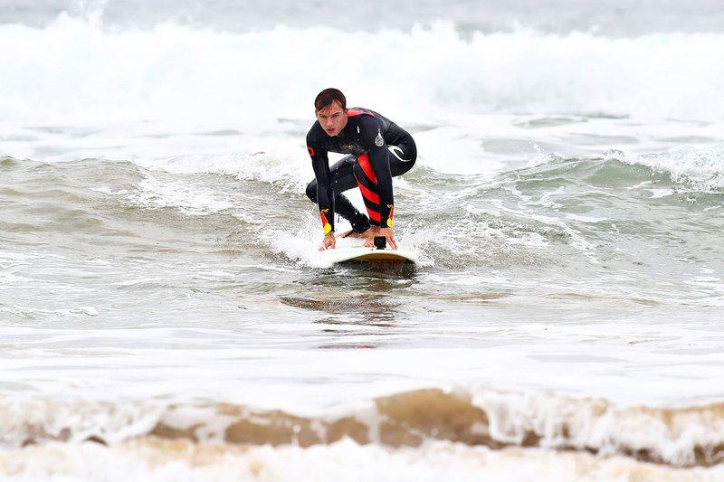 Pierre Gasly surfeando en Torquay