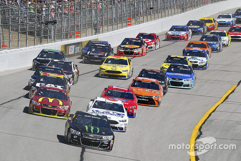 Start: Kurt Busch, Stewart-Haas Racing Chevrolet leads
